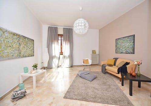 オレンジのソファーがあるガーリーな部屋