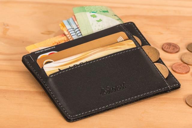カードとお金が入れられた黒財布