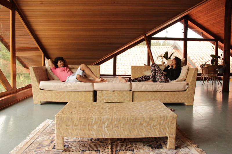 ソファーの上でくつろぐカップル