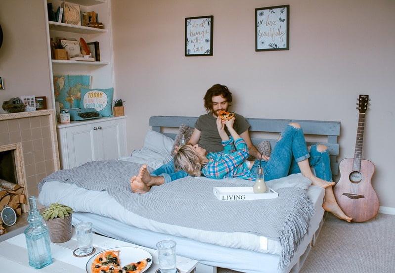 ベッドでリラックスするカップル