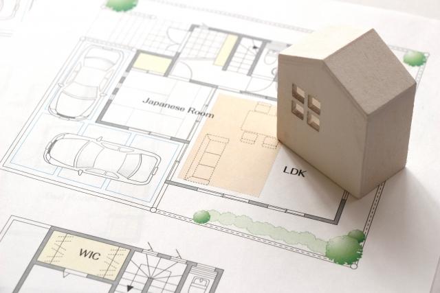 家の置物と図面