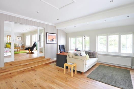 木目フローリングの広い部屋