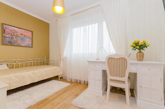白と黄色のポップな部屋