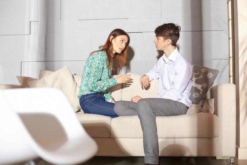 話し合う外国人のカップル