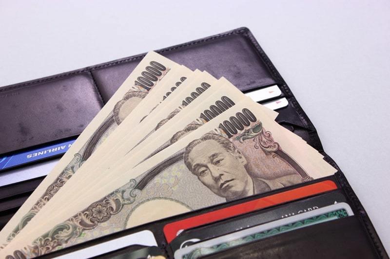 財布から出る1万円札