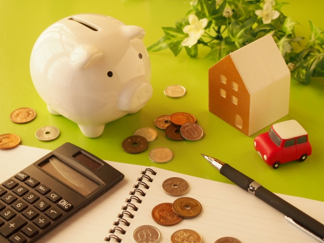 貯金箱と電卓とお金