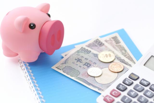 豚の貯金箱と紙幣と硬貨