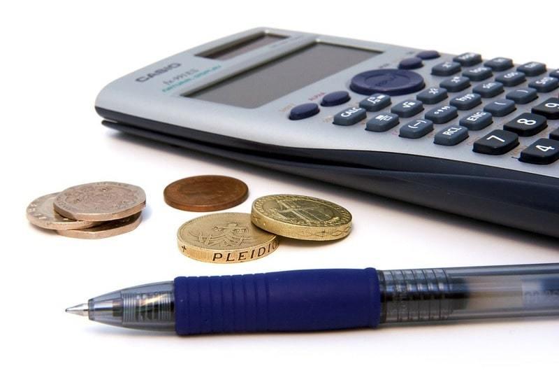 電卓とお金とボールペン