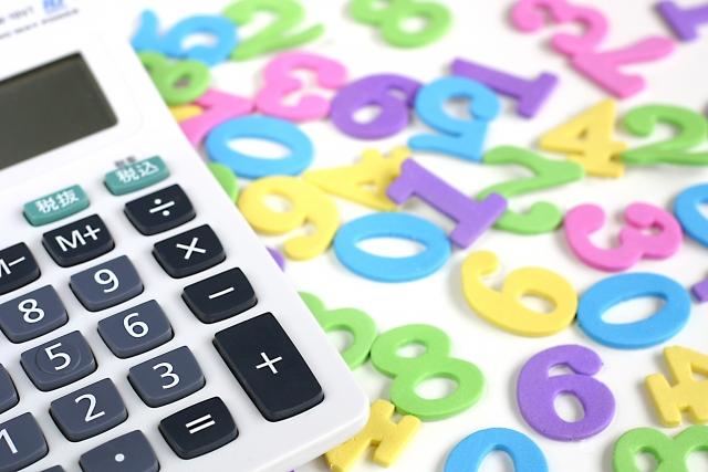 電卓と大量の数字の小物