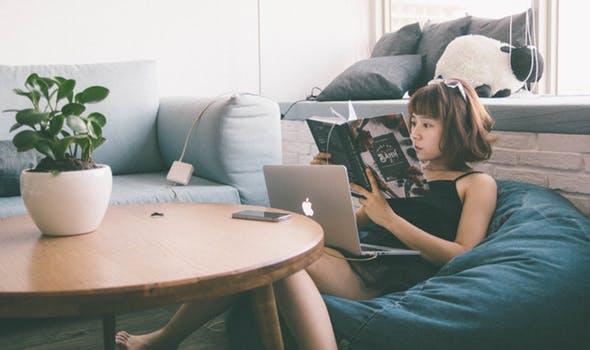 カタログを見ている女性