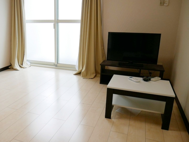 テレビと机がある部屋