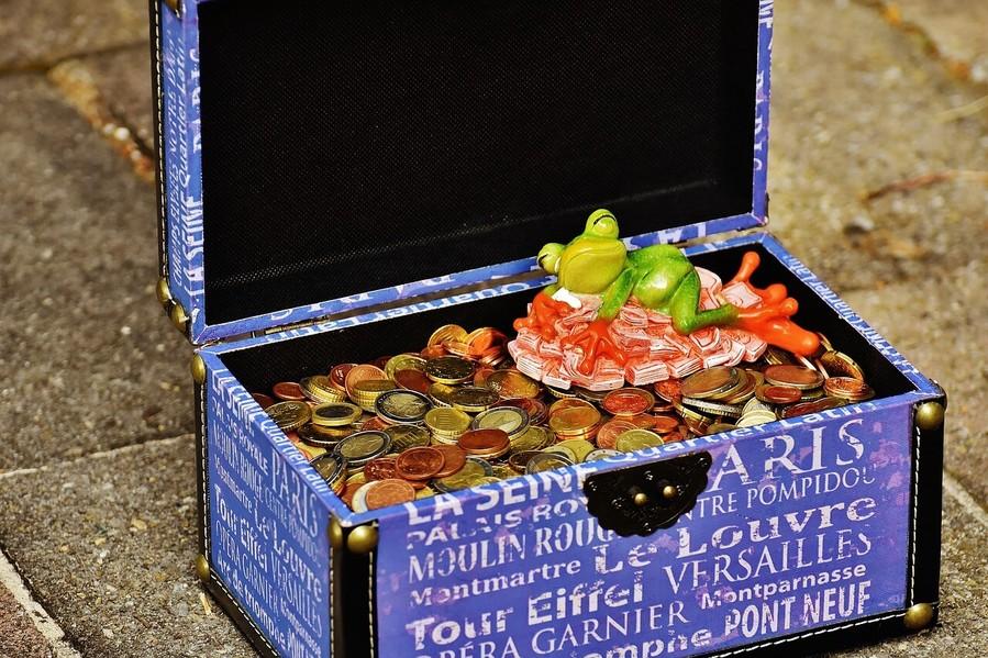 宝箱と蛙の置物