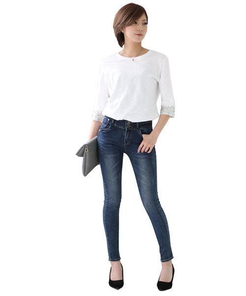 ジーンズに白Tシャツを着た女性