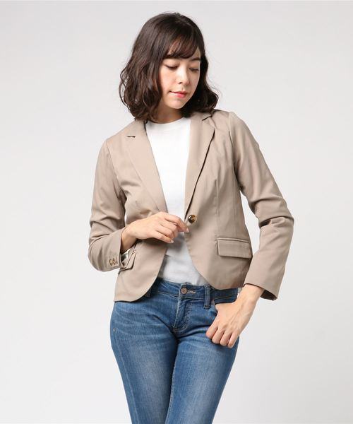 ベージュのテーラードジャケットを着た女性