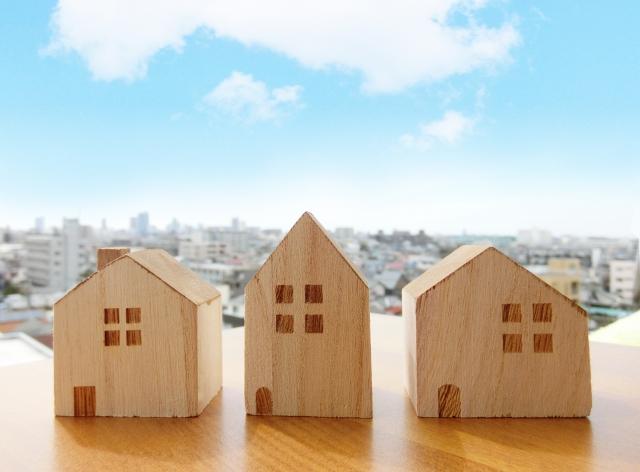 青空と木の家の模型