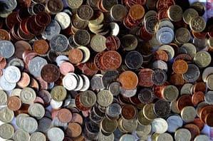 散らばっている大量のコイン
