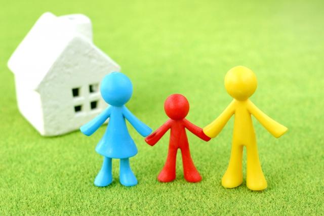子育て家族と家の模型