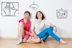 室内で座るカップル