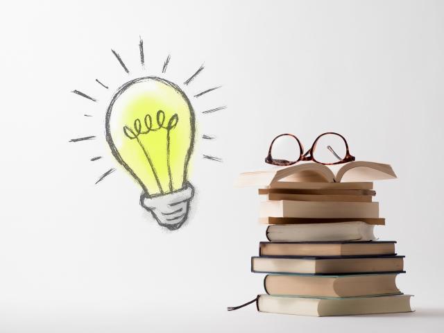本と眼鏡と電球のイラスト