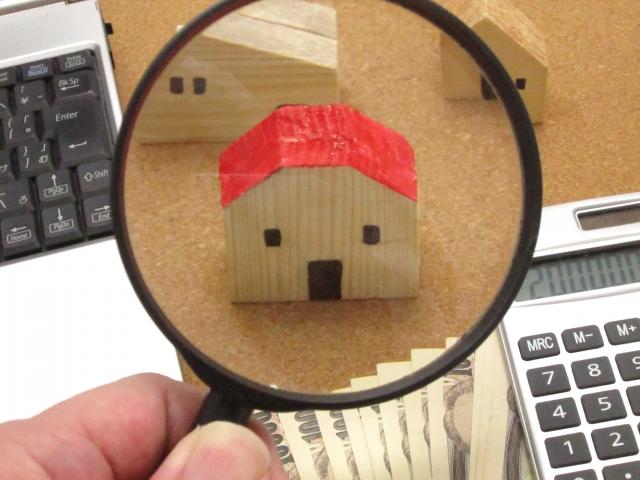 虫眼鏡で見る家の置物