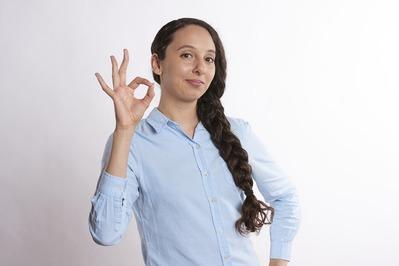 OKサインをする女性