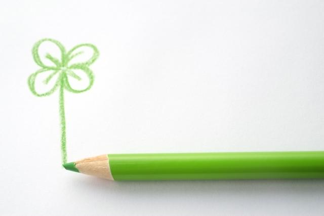 緑の色鉛筆で描くクローバー
