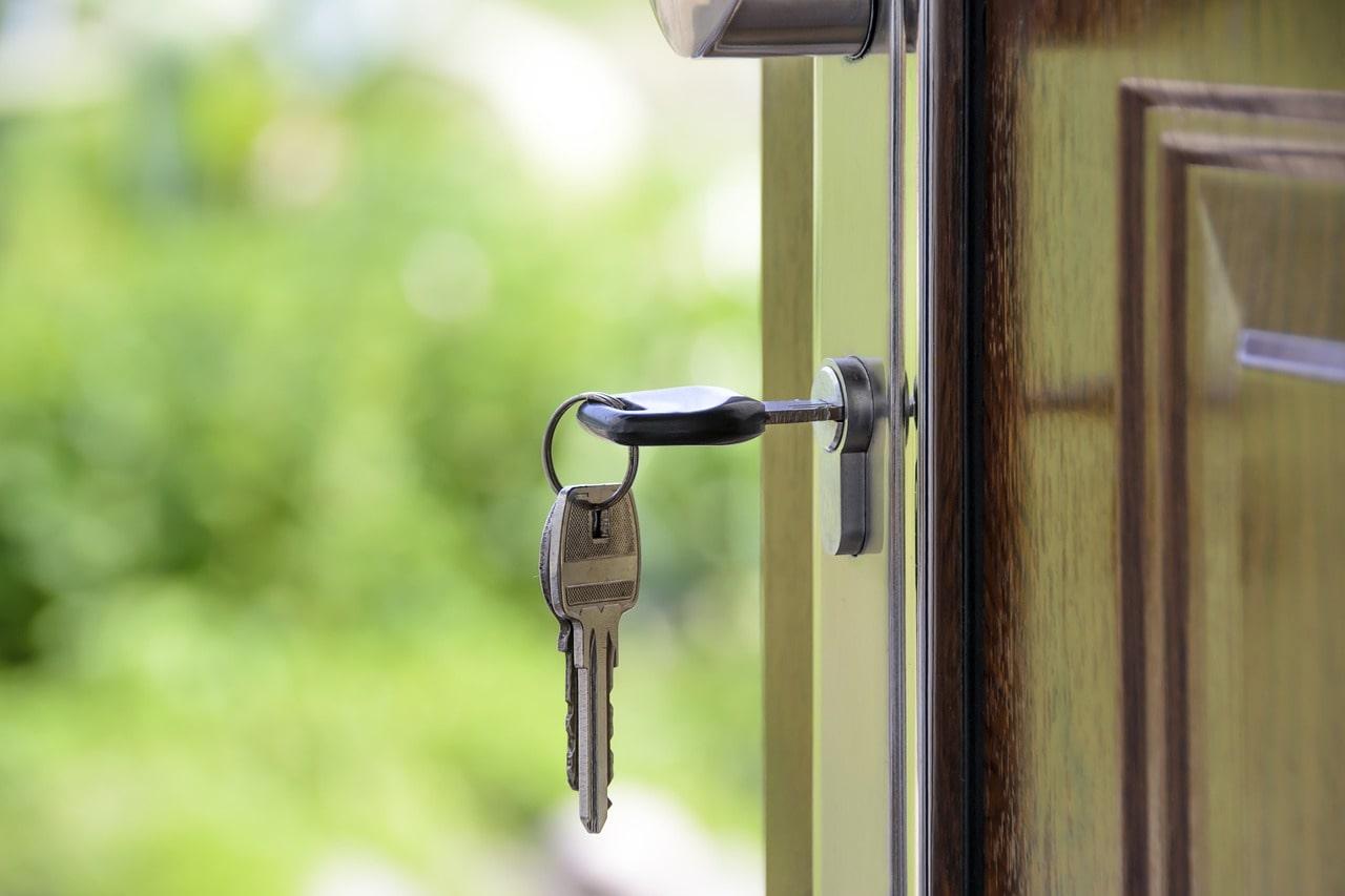 木製のドアに刺さった鍵