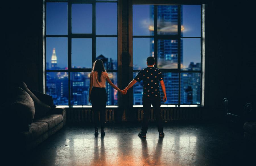 お部屋で手を繋ぐカップル
