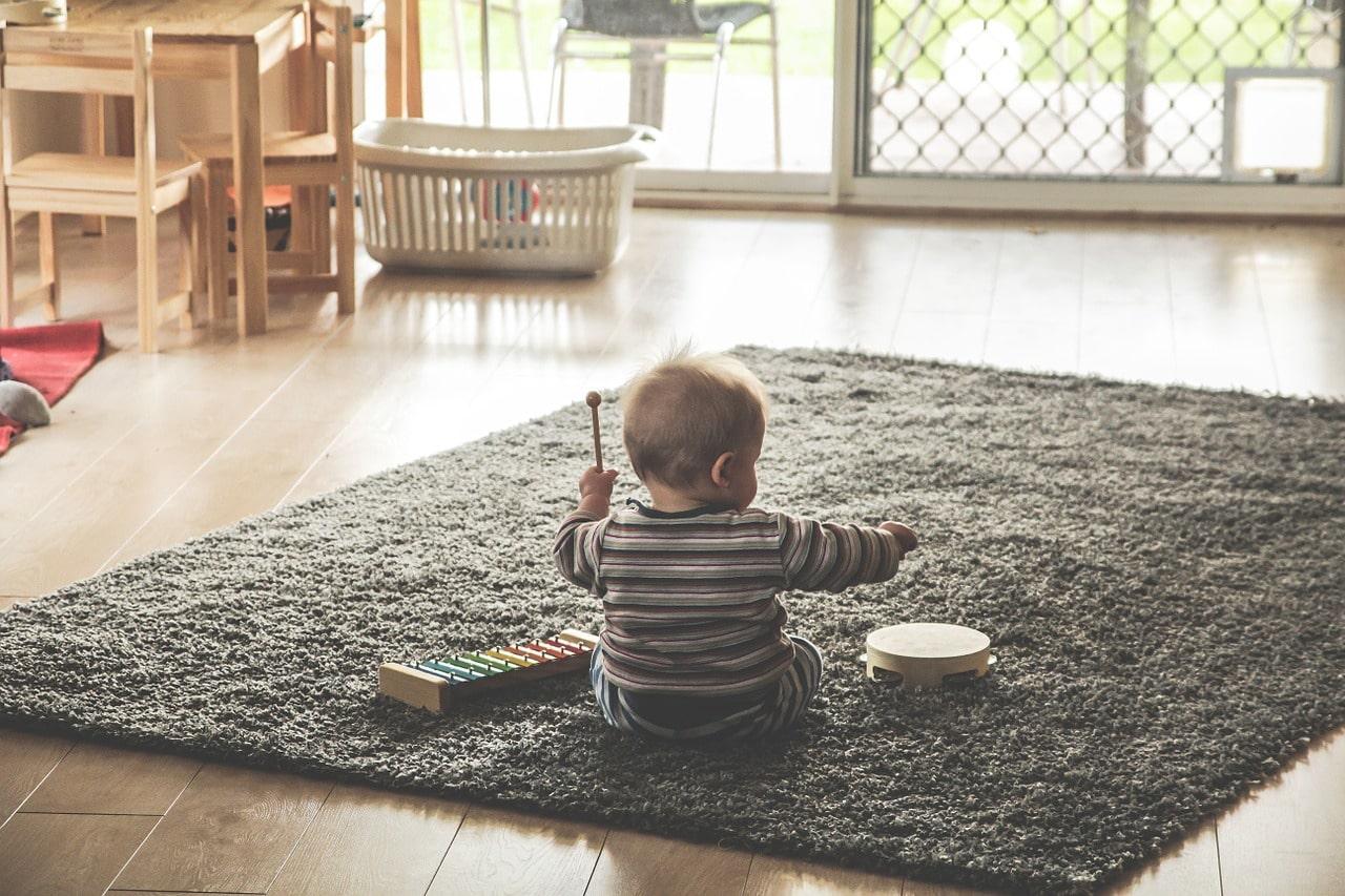 おもちゃのタンバリンで遊ぶ幼児