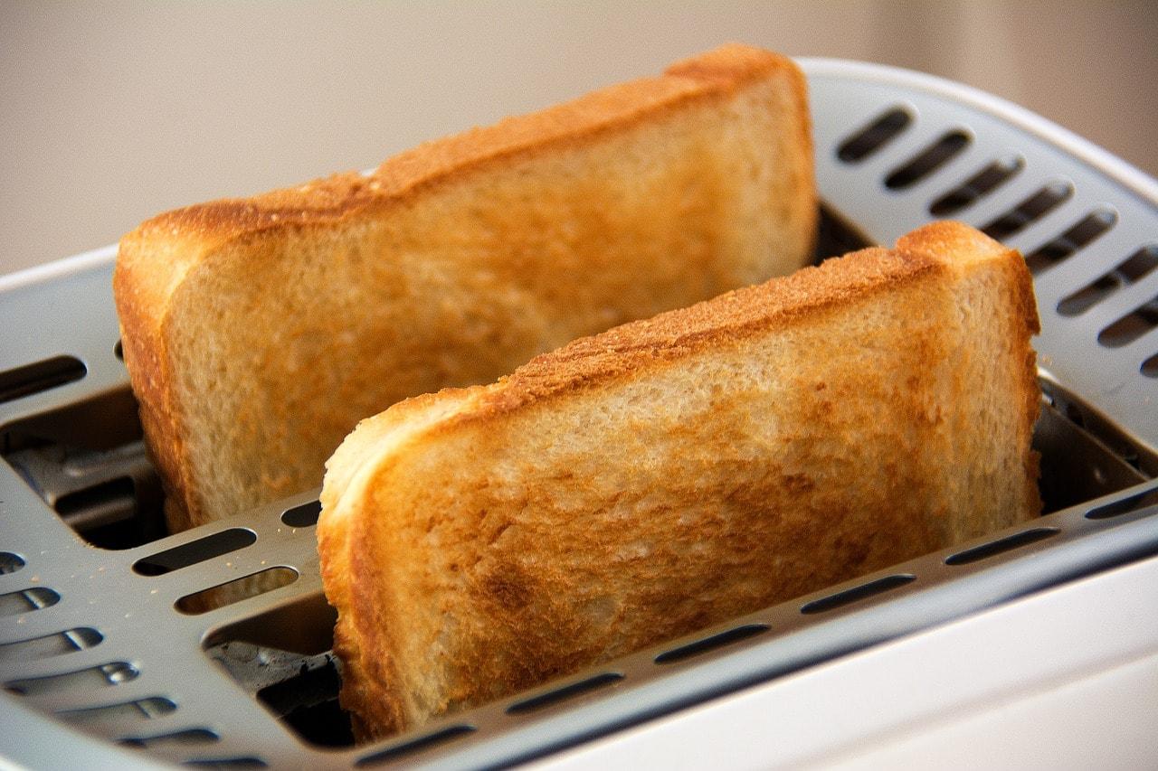 トースターで焼かれた食パン2枚