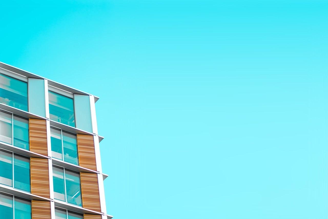 青空と新築マンション