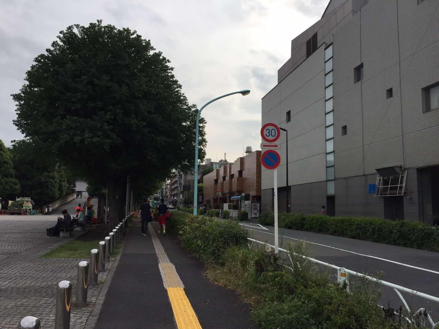 千駄ヶ谷駅前の広い歩道