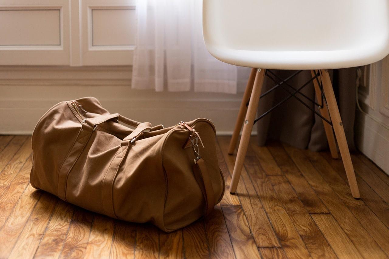 白い椅子と茶色のボストンバッグ