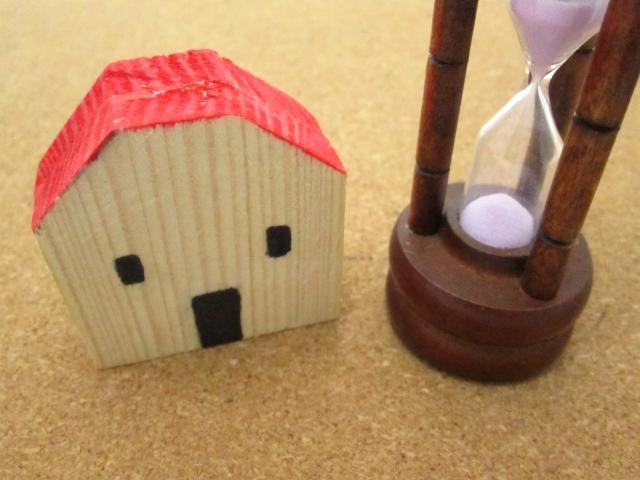 家の置物と砂時計