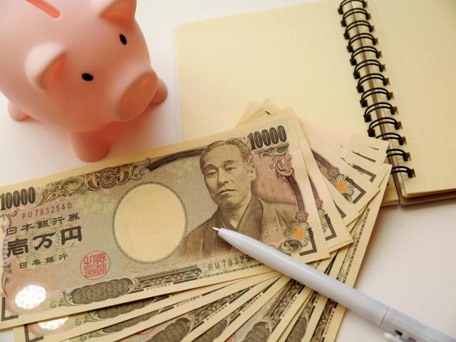 ブタの貯金箱と紙幣