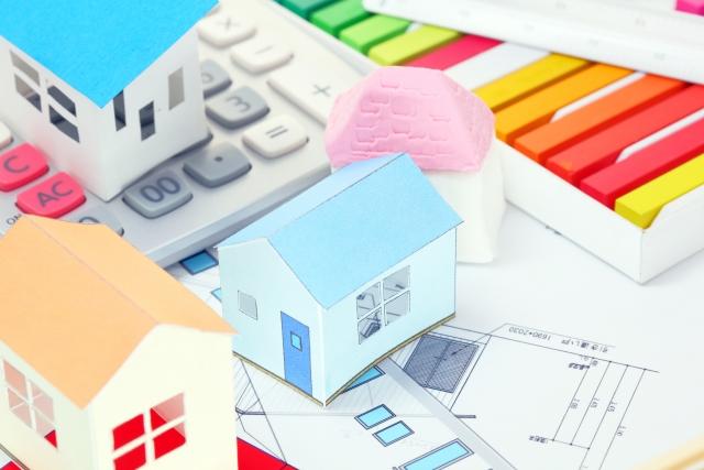 図面と家の置物と電卓