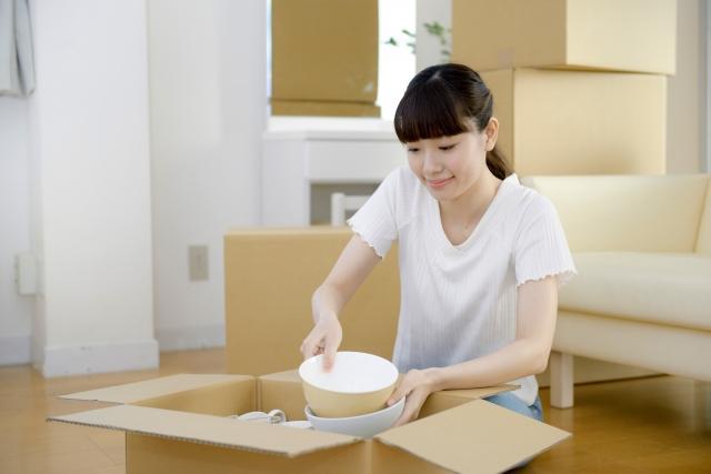 引っ越し作業中の女性