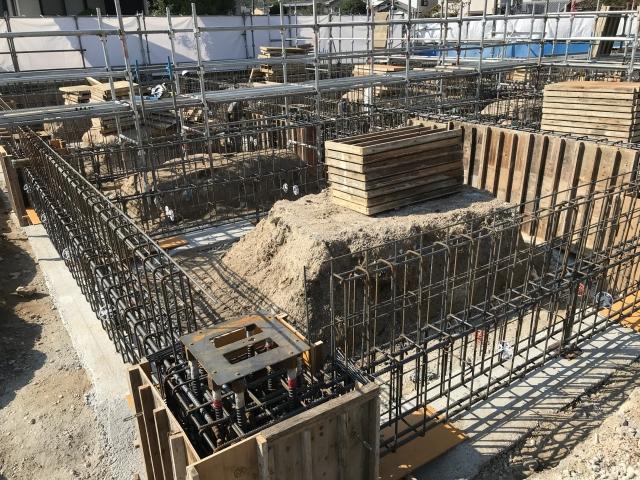 建設中の鉄骨造の建物