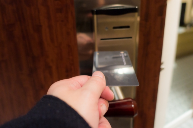 カードキーを持っている手