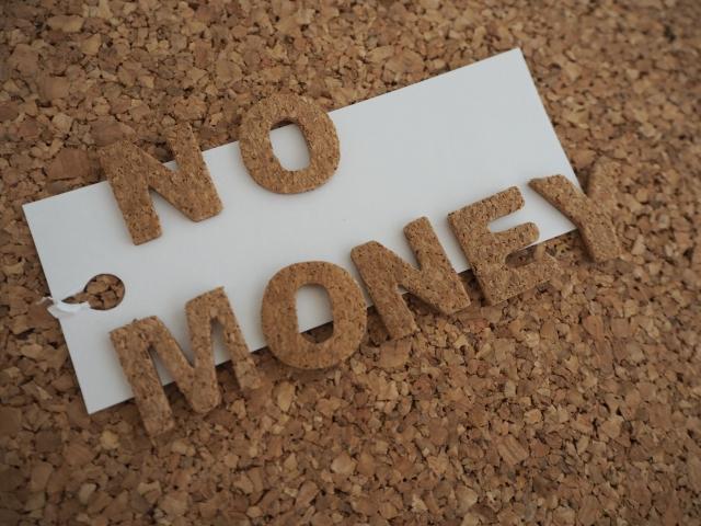 nomoneyの文字に切り抜かれたコルクボード