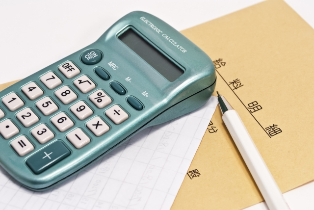 給料明細と電卓の画像