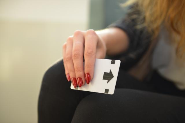 カードキーを手にもつ女性