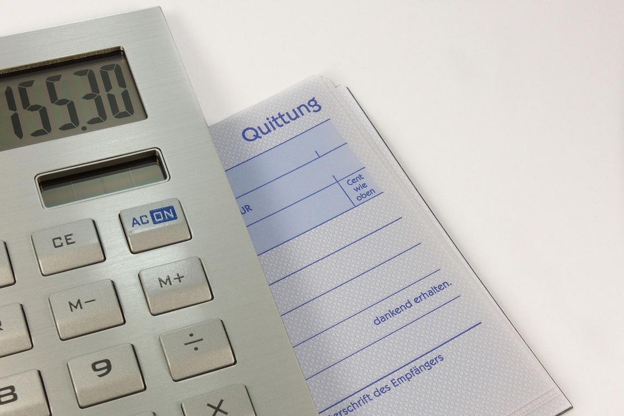 電卓と請求書