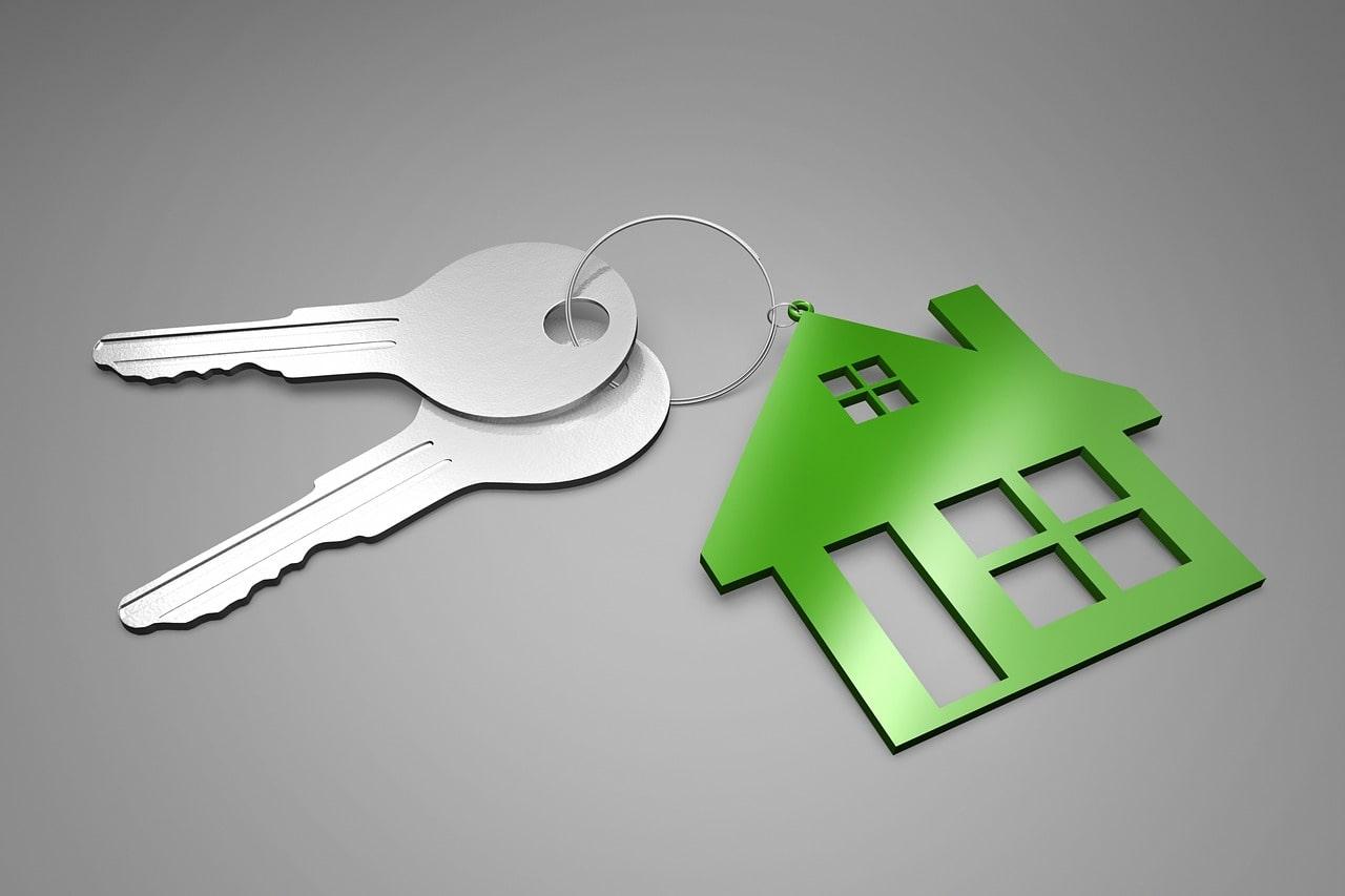家型のキーホルダーと鍵