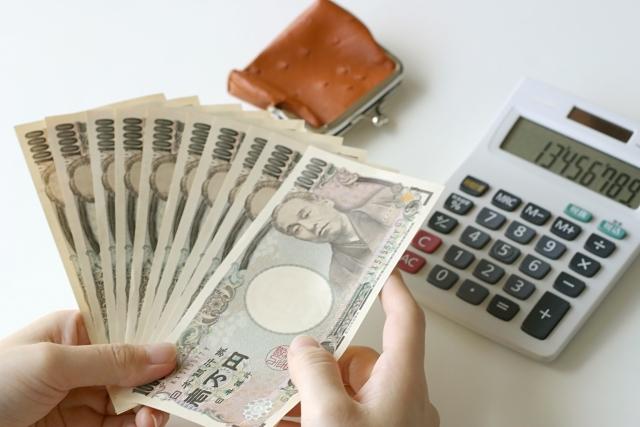 1万円札と電卓とお財布