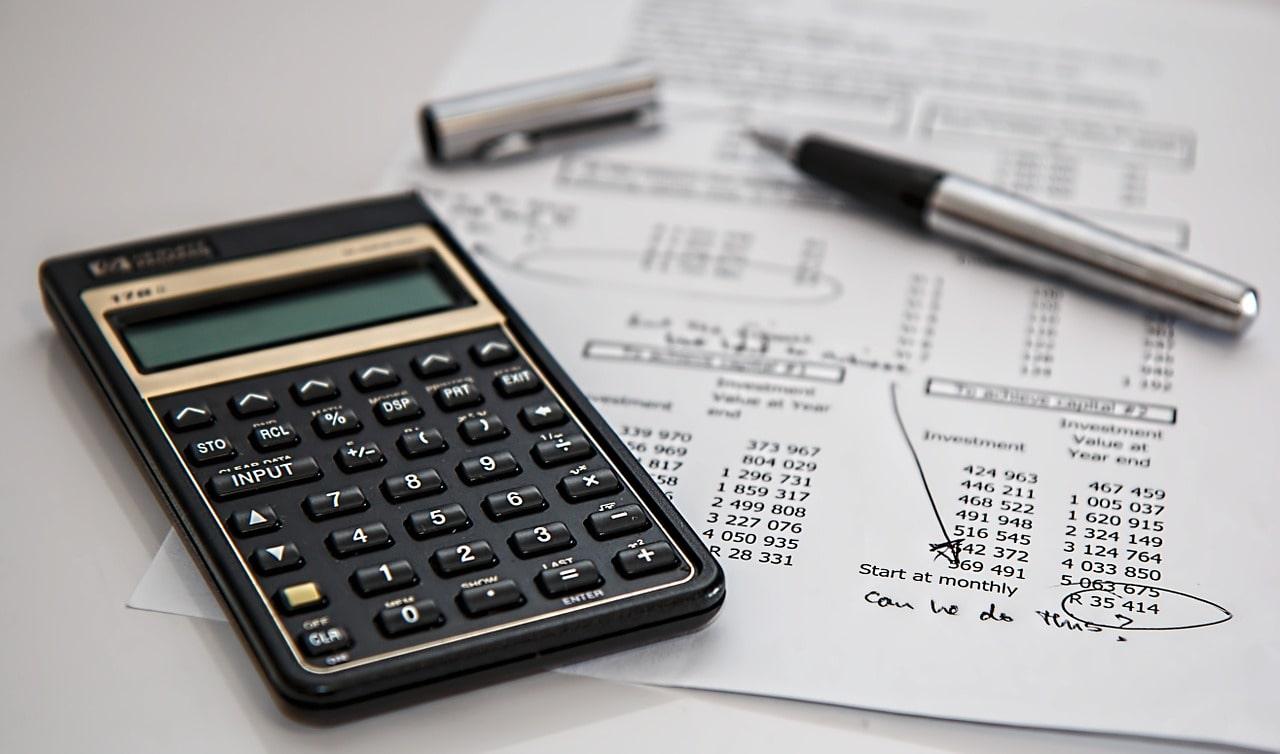 費用を計算した紙と電卓