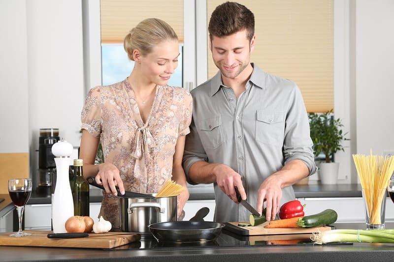 夫婦で料理する風景