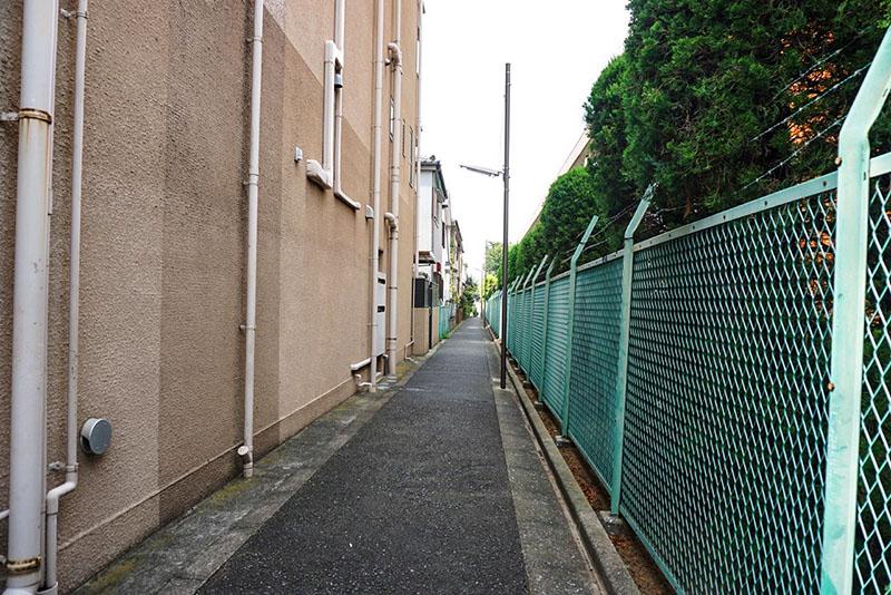建物脇の細道