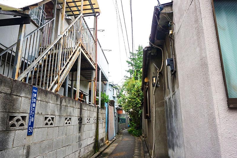 住宅の間の細い道