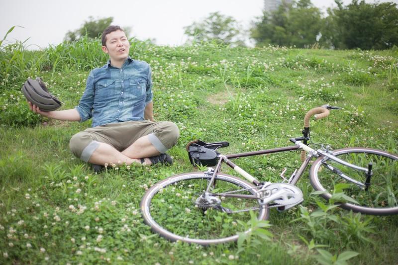 休日の男性と自転車